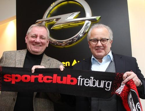 Opel-Vertriebsvorstand Peter Küspert (links) und Fritz Keller, Präsident des SC Freiburg.