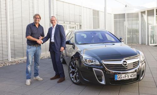 BVB-Trainer Jürgen Klopp (links) bekommt von Opel-Chef Dr. Karl-Thomas Neumann persönlich den ersten neuen Insignia OPC.