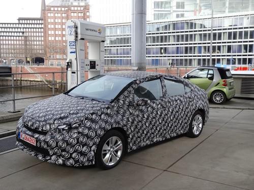 Prototyp eines Toyotas mit Brennstoffzellen-Antrieb an einer der drei Wasserstofftankstellen in Hamburg.