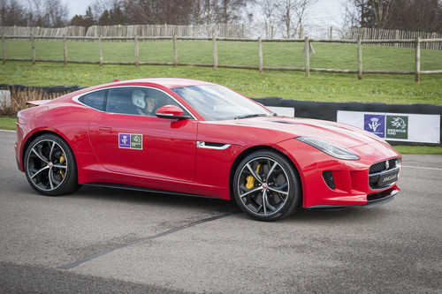 Prinz Harry im Jaguar F-Type R Coupé.