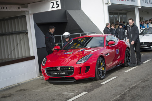 Prinz Harry (links) steigt in den Jaguar F-Type R Coupé.