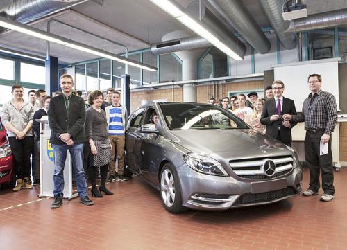 Fahrzeugspende (von links): Udo Meier, Vertreter der Berufsausbildung im Mercedes-Benz-Werk Rastatt, Landrat Jürgen Bäuerle und Schulleiter Volker Bachura.