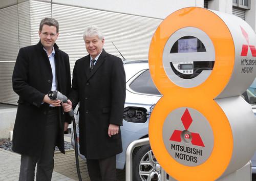 Eröffneten die erste öffentliche Schnell-Ladestation bei Mitsubishi in Rüsselsheim (von links): Oberbürgermeister Patrick Burghardt und Geschäftsführer Werner H. Frey.