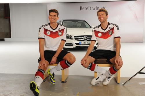 """Mercedes-Benz-Kampgane """"Bereit wie nie"""" mit der  Fußballnationalmannschaft zur neuen C-Klasse: Mario Gomez (links) und Thomas Müller."""