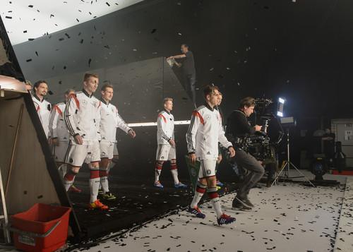 """Mercedes-Benz-Kampgane """"Bereit wie nie"""" mit der  Fußballnationalmannschaft zur neuen C-Klasse: Dreh des TV-Spots."""
