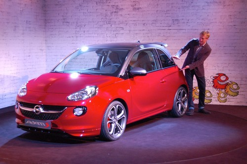 Niels Loeb, Chief Designer Exterieur von Opel präsentiert den Opel Adam S.