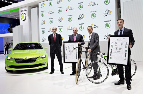 Skoda bleibt Partner der Tour de France (von links): ASO-Präsident Jean-Etienne Amaury, Skoda-Vorstandsvorsitzender Dr. Winfried Vahland und Yann Le Moenner, CEO der Amaury Sport Organisation, sowie Skoda-Vetriebs- und Marketingvorstand Werner Eichhorn,