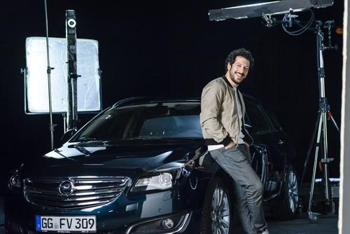 """Fahri Yardim am Set zu den Dreharbeiten für die Opel-Kampagne """"Umparken im Kopf""""."""
