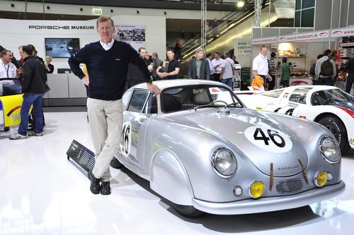 Walter Röhrl besucht auch in diesem Jahr wieder den Stand des Porsche-Museums auf der Retro Classics.
