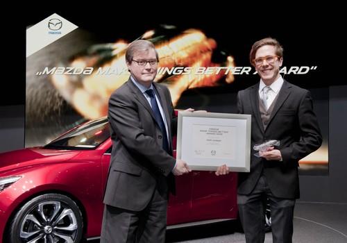 """Mazda verleiht den """"Make Things Better Award"""": Mazda-Europa-Präsident Jeff Guyton (links) und der finnische Medizinstudent Antti Junkkari."""