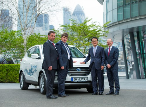 "Hyundai liefert 75 ix35 Fuel Cell für das Wasserstoff-Projekt ""Hydrogen For Innovative Vehicles"" (von links): Bert de Colvenaer (Executive Director von FCHJU), Kit Malthouse (Londons Deputy Mayor für Business & Enterprise), Hyundai-Europapräsident Byung Kwon Rhim und Tony Whitehorn, CEO von Hyundai in England."
