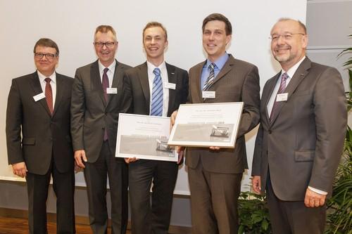 """Verleihung des """"Innovation Award 2013"""" der Schaeffler-FAG-Stiftung (von links): Dirk Spindler (Forschungs- und Entwicklungsleiter Schaeffler Industrie und Mitglied der Geschäftsleitung Schaeffler Industrie), Robert Schullan (Vorstand der Schaeffler AG und Vorsitzender der Geschäftsleitung Schaeffler Industrie (2. v. l.), die Preisträger Dr.-Ing. Oliver Suttmann und Dr.-Ing. Alexander Weiß sowie Klaus Widmaier (Vorsitzender des Stiftungsvorstands und Geschäftsleitung Personal Schaeffler Industrie)."""