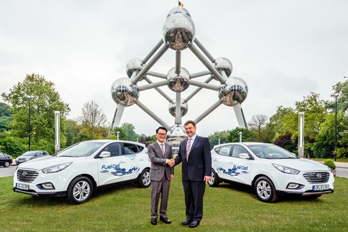 Byung Kwon Rhim, Präsident von Hyundai Motor Europe (links) und Bert De Colvenaer, Executive Director von Fuel Cells and Hydrogen Joint Undertaking (FCH JU).