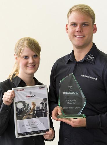 """Projektmanagerin Vivien Haar und Marcel Gockeln, Direktor Messen und Ausstellungen bei der Messe Essen, nahmen den """"Theo-Award"""" für die Essen Motor Show entgegen."""