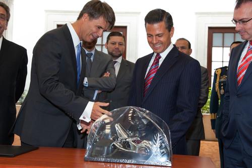 BMW-Produktionsvorstand Harald Krüger (links) mit dem mexikanischen Präsidenten Enrique Peña Nieto bei der offiziellen Ankündigung des neuen Werks in Mexiko.