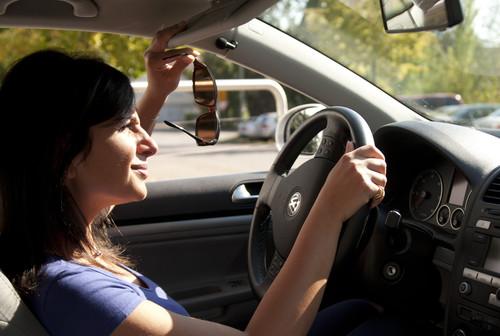 Autofahrer wollen vor allem die Sonnenbrille schnell zur Hand haben.