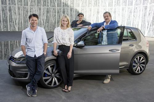 (v.l.n.r.) Markus Kavka, Anna Maria Mühe, Max von Thun und Boris Blank von Yello am Volkswagen Golf GTE.