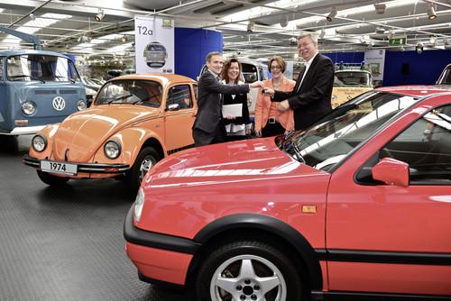 Markus Crott, Eigentümer und Schenker des Golf GTI Edition, übergibt den Fahrzeugschlüssel an Museumsleiter Eberhard Kittler, Konzernbeauftragter Volkswagen Classic.