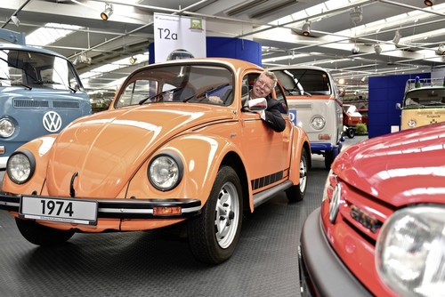 Eberhard Kittler, Vorstand der Stiftung Automuseum Volkswagen und Konzernbeauftragter Voilkswagen Classic, im Jeans-Käfer von 1974.