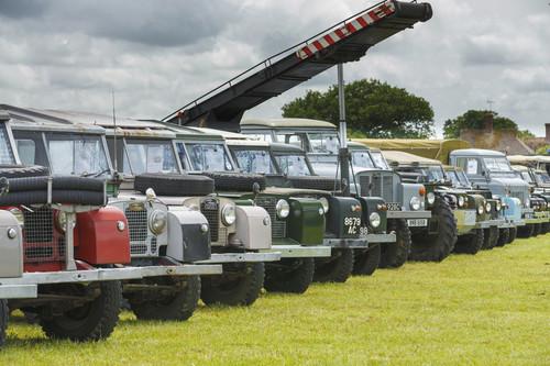 Die Land Rover der Dunsfold Collection unter freiem Himmel.