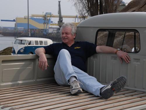 Manfred Klee auf der Pritsche seines VW Bus Doka von 1960.