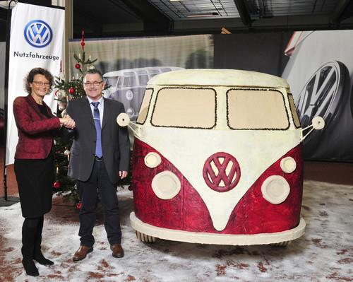 VWN-Personalvorstand Dr. Elke Eller und Initiator Rudi Dietl bei der offiziellen Übergabe des Lebkuchen-Bullis.