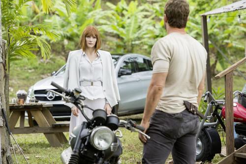 """Schauspielerin Bryce Dallas Howard und das Mercedes-Benz GLE Coupé am Set von """"Jurassic World""""."""
