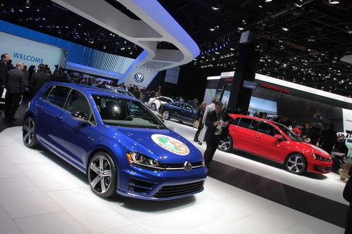 "Der Volkswagen Golf ist ""North American Car of the Year""."