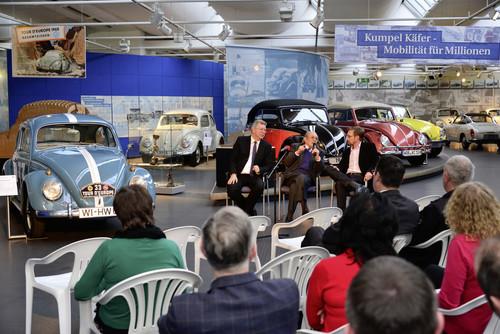"""Ausstellungseröffnung: Eberhard Kittler (l.) , Vorstand der Stiftung Auto-Museum Volkswagen, und Gregor Schulz, Redakteur der Zeitschrift """"Oldtimer-Markt"""" und Ideengeber der Ausstellung (r.), sprechen mit dem 90-jährigen Hans Wehner (Mitte) über den Rallyesport in den 1960er-Jahren."""