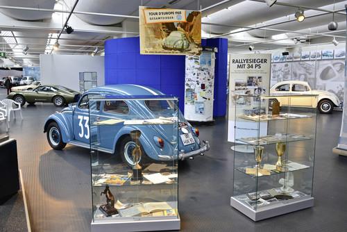 Duplikat des VW Käfer sowie Preise und Pokale von Hans Wehner.