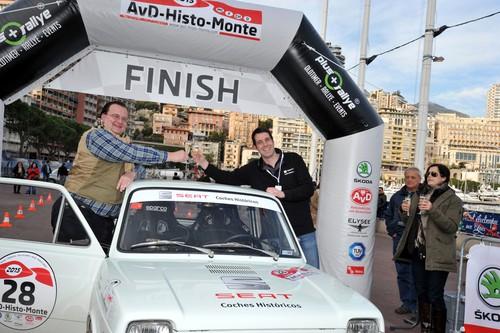 AvD-Histo-Monte 2015: Unsere Autoren Alexander Voigt (links) und Tim Westermann erreichen mit dem Seat 127 Rallye (1973) das Ziel.