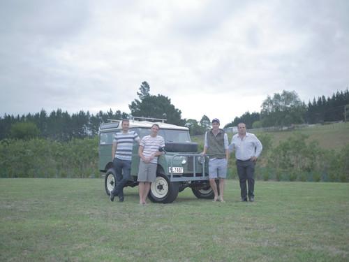 Die vier neuseeländischen Freunde und ihr restaurierter Land Rover Serie I (1957).