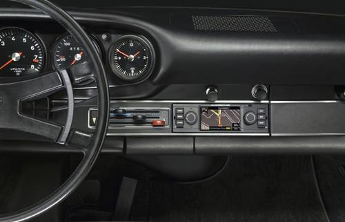Modernes Navigationsradio für Porsche-Klassiker.