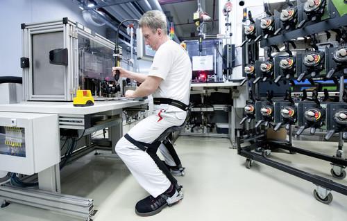 Der Chairless Chair erleichtert den Audi-Mitarbeitern viele Tätigkeiten in der Montage.