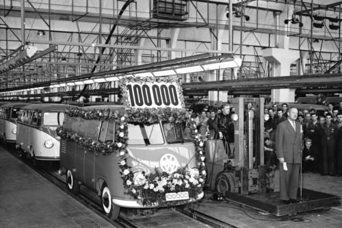 Volkswagen Transporter-Fertigung. 1954 rollt der 100 000ste Typ 2 in vom Band.