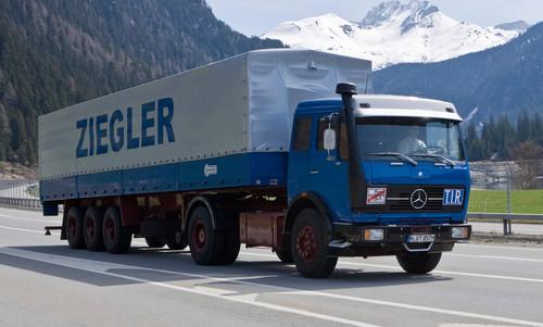 """Mercedes-Benz 1632 S (1975), der in der TV-Serie """"Auf Achse"""" mit Manfred Krug ab 1977 mitfuhr."""
