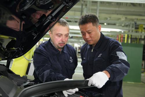 Zwei Mitarbeiter von BBAC bei der Produktion im neuen Daimler-Kompaktwagen-Werk in Peking.