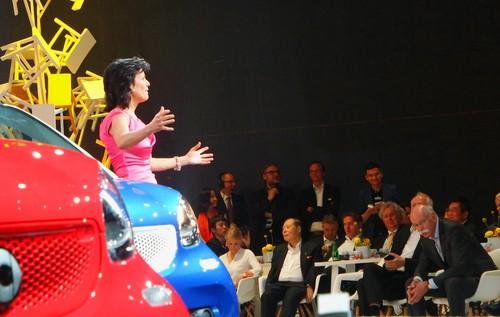 Anette Winkler, Smart-Chefin, kämpft wie eine Löwenmutter für ihr den ersten Auftritt ihres jüngsten Kindes in Shanghai - vor großen und auch iullustrem Publikum in der ersten Reihe.