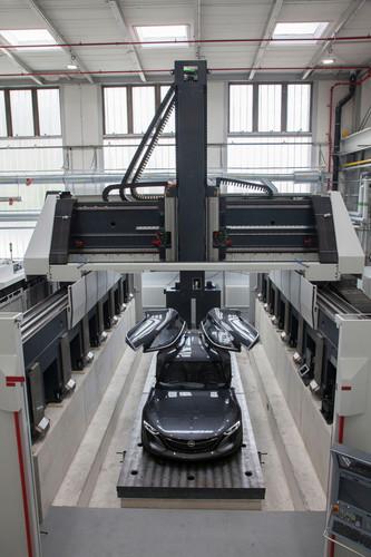 Eröffnung des neuen Hochgeschwindigkeits-Fräszentrums in Rüsselsheim: Hightech-Fräse, hier mit dem Opel Monza Concept.