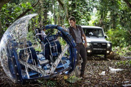 """Schauspieler Chris Pratt vor der Mercedes-Benz G-Klasse in """"Jurassic World""""."""