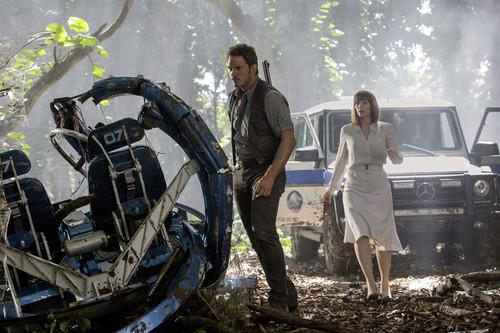 """Die Schauspieler Chris Pratt und Bryce Dallas Howard vor der Mercedes-Benz G-Klasse in """"Jurassic World""""."""