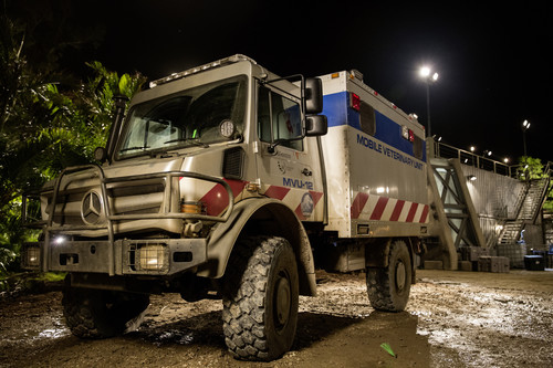 "Mercedes-Benz Unimog am Set von ""Jurassic World""."