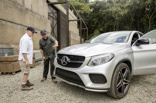 """Produzent Frank Marshall (links) und Regisseur Colin Trevorrow bereiten das neue Mercedes-Benz GLE Coupé für den Dreh am Set von """"Jurassic World""""."""