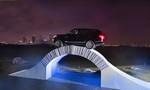 Range Rover fährt über Brücke aus Papier
