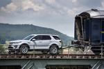 Land Rover Discovery Sport zieht Zug über den Rhein