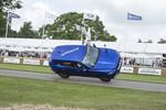 Jaguar F-Pace fährt auf zwei Rädern den Hügel hoch