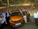 Neumann fährt den ersten Opel Mokka X vom Band
