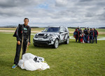 Fallschirmspringer verstellt Sitze des Land Rover Discovery im Flug