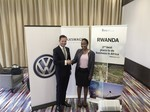 Thomas Schäfer, CEO der Volkswagen Group South Africa, und Claire Akamanzi, CEO des Rwanda Development Board, stellten in Kigali die Pläne von VW in Ruanda vor.