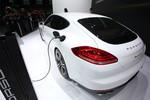 Shanghai 2013: Porsche Panamera an der Steckdose und gestreckt